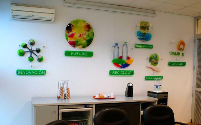 Metacrilatos de 5 mm de impresión directa ubicados en la sala de juntas